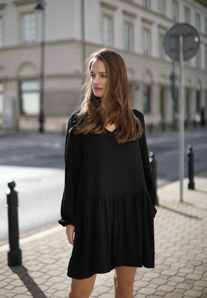 Sukienka z dekoltem w serek i falbana Claire czarna