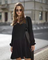 Sukienka z dekoltem w serek i falbana Claire czarna- zdjęcie 3