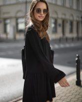 Sukienka z dekoltem w serek i falbana Claire czarna- zdjęcie 2