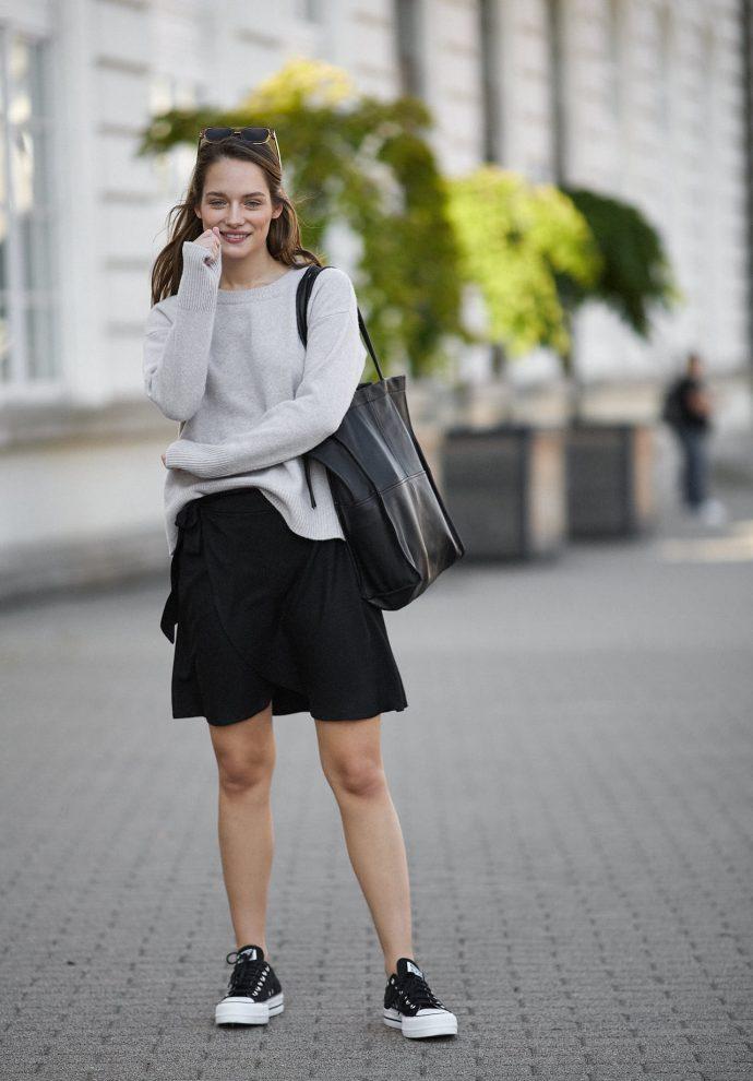 Spódnica Donna krótka z zakładkami czarna