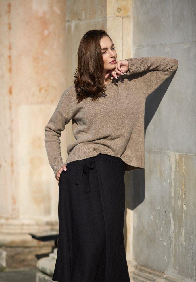 Sweter Sally z wełny merino i kaszmiru taupe- zdjęcie 2