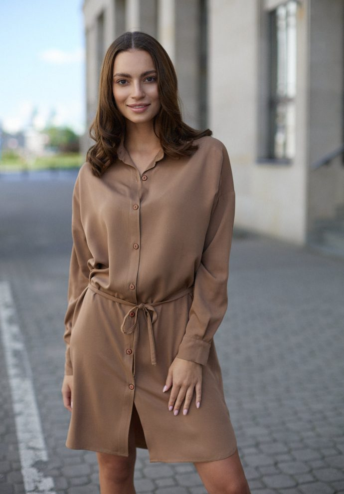 Sukienka na guziki Lisa kamelowa