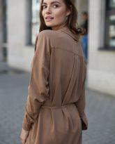 Sukienka na guziki Lisa kamelowa - zdjęcie 2
